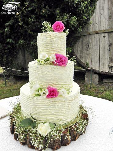 Torta nuziale a tre piani con rose