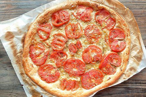 Tarte fine de tomates coeur de boeuf, moutarde à l'ancienne et comté