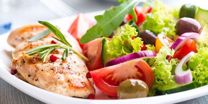 Μαγειρική   Σαλάτες για δίαιτα: 5 συνταγές που θα σας χορτάσουν -   Σαλάτα του Καίσαρα, πράσινη σαλάτα με καραμελωμένο μοσχάρι, σαλάτα ζυμαρικών με σολομό, μακαρονοσαλάτα με ψητά λαχανικά και ζεστή πατατοσαλάτα με λουκάνικα