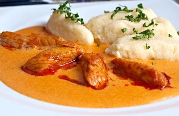 Další variace na kuřecí maso servírované s hustou smetanovou omáčkou s chutí a vůní po paprice a také domácími noky z odpalovaného těsta.
