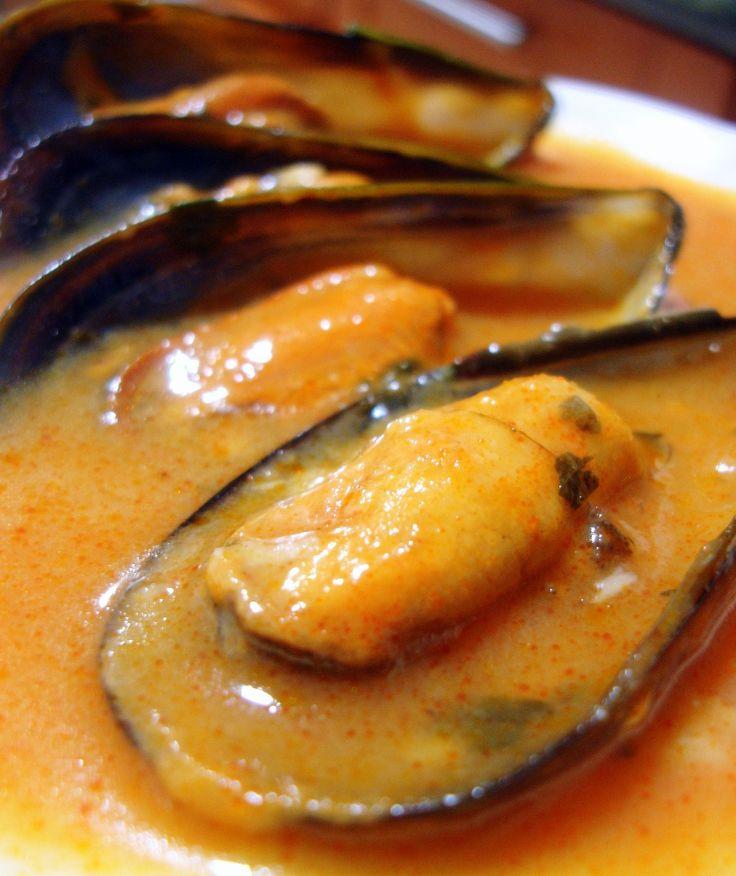 El mejillón es denominado por muchos como el marisco de los pobres, pero os aseguro que con esta receta de pobres nada ya que es un autentico entrante de lujo.