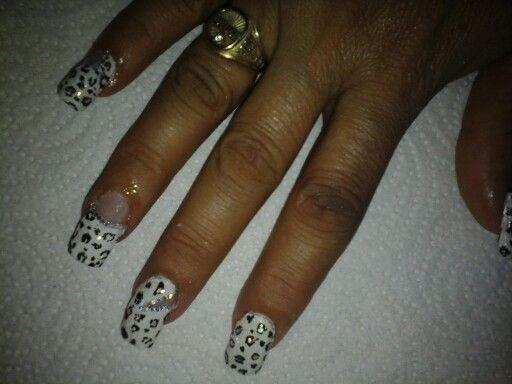 Uñas blancas de tigre con brillos plata