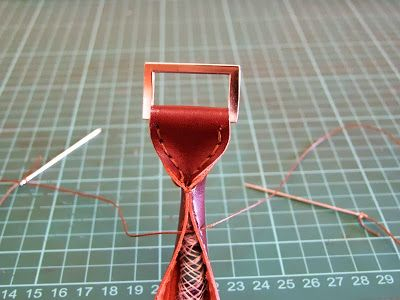 Cómo hacer unas asas de cuero redondeadas. How to make a rounded leather handle