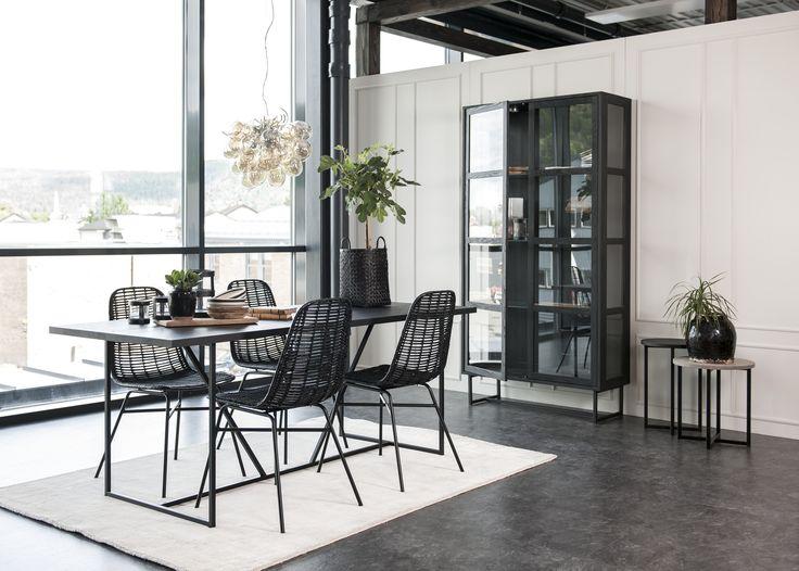 ZET, spisebord, småbord og vitrine. Arti stole | Kristensen&Kristensen