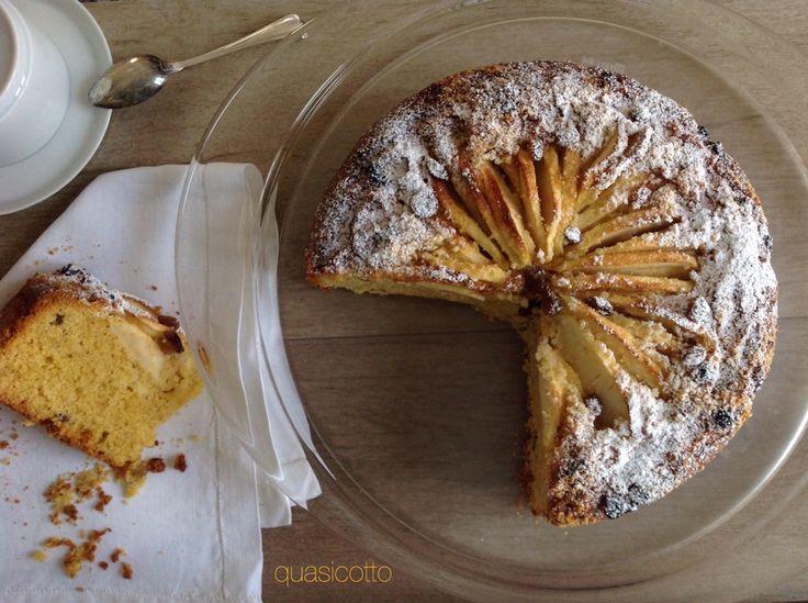 E' preparata senza burro questa torta di farina di mais con mele, nocciole e uvetta. Via libera quindi se questo ingrediente e' un vostro acerrimo nemico !
