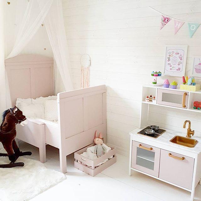 Målat om köket också så att det är samma färg som sängen. Tur man har all tid i världen  ________________________  #barnrummet #barnrum #barnerom #barnrumsinspo #barnrumsinspiration #flickrum  #inspoforbarn #kidsinspo #barnrumsinredning #inspo_pinky_baby  #inspirationforbarnkammaren  #inspoforbarn #kkidspo #underbarabarnrum #baby_and_kidsroom_inspo #ikeakök #ikeaduktig