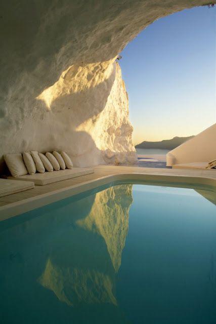 Piscina com vista para o mar em uma caverna (Santorini Grécia)