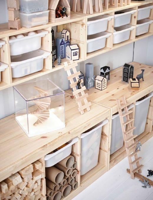 Kinderzimmer eingerichtet u. a. mit TROFAST Aufbewahrung mit Boxen Kiefer/weiß.
