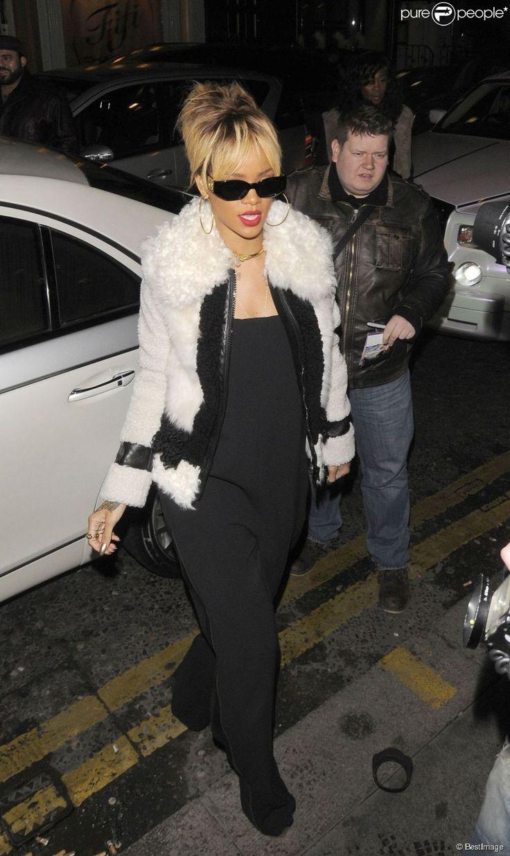 Rihanna lors de son 24e anniversaire, habillée d'une veste Burberry, d'une combinaison noire et de chaussures Giuseppe Zanotti à Londres, le 20 février 2012.