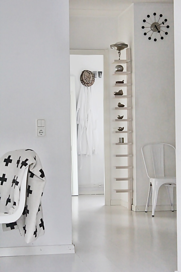 ROOM OF KARMA - Part 2: Diseñotot White, Black Touch, White Rooms, Black White, White Quilts, Nordic White, White Floors, White Wall, White Furniture