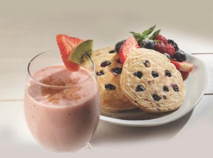 Hot cakes integrales con blueberries y licuado de kiwi con fresa y un toque de menta