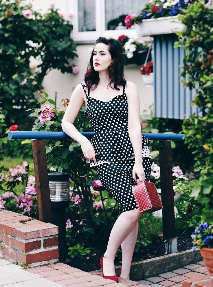 Schößchen-Kleid, Kleid mit Herzmuster, 40er Kleid, Koffer Handtasche, 40er Outfit, 40er Look, Mode Blog, Fashion Blog, Like A Riot