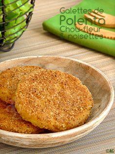 galettes de polenta, chou-fleur et noisettesPour une douzaine de galettes de 8 cm de diamètre : - 125 gr de polenta fine - ½ l de bouillon de légumes* - 40 gr de parmesan râpé - 160 gr de chou-fleur cuit - 2 œufs - 100 gr de poudre de noisettes