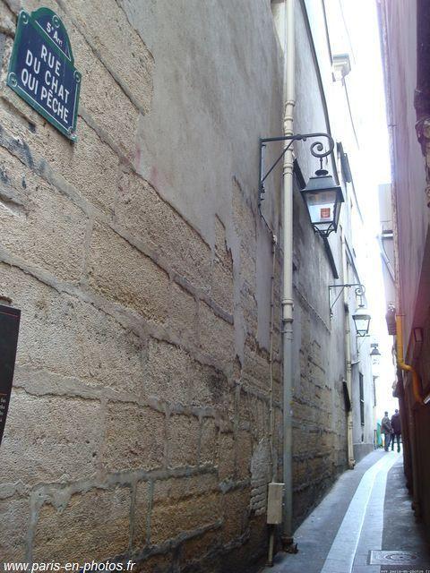 the smallest street in Paris, la rue du chat qui pêche: the fishing cat street!