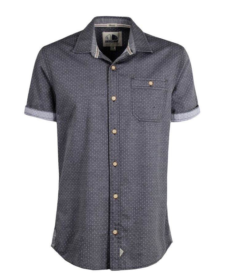 Camisa de hombre, con cuello y perilla completa de botones, manga corta. Puños en tela complemento. Bolsillo de parche con botón en la parte de adelante. Composición Prenda: 100% Algodón.