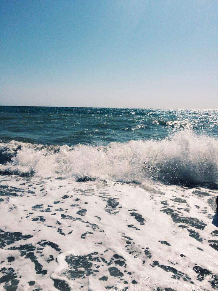 Жизнь у моря. Это самое лучшее – слышать его шум день и ночь, вдыхать его запах, гулять вдоль берега и смотреть за горизонт, где скругляется земля… Сознавать, что там, в глубине, происходит столько всего такого, что нам никогда не увидеть и не узнать. Словно за твоим порогом сразу начинается какая-то великая тайна… А еще штормы. Когда волны перехлестывают через волнорез, ветер гнет деревья как траву, а ты наблюдаешь за всем этим, сидя в доме, где тепло, сухо и уютно…