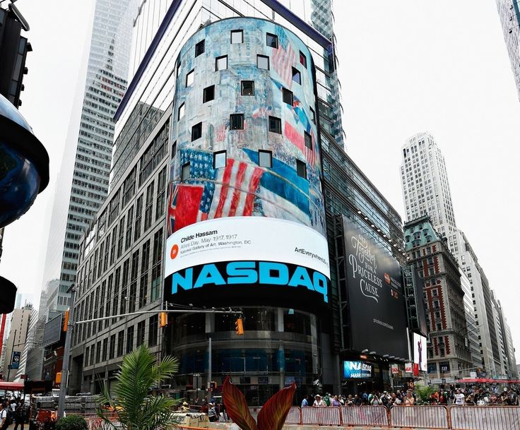 米ニューヨーク(New York)にあるナスダック(NASDAQ)ビルの電光掲示板に表示される、チャイルド・ハッサム(Childe Hassam)の作品「Allies Day, May 1917」(2014年8月4日撮影)。(c)AFP/Getty Images/Cindy Ord ▼6Aug2014AFP NYの街を彩る著名アート作品、全米規模のプロジェクトで http://www.afpbb.com/articles/-/3022377 #New_York #Allies_Day_May_1917