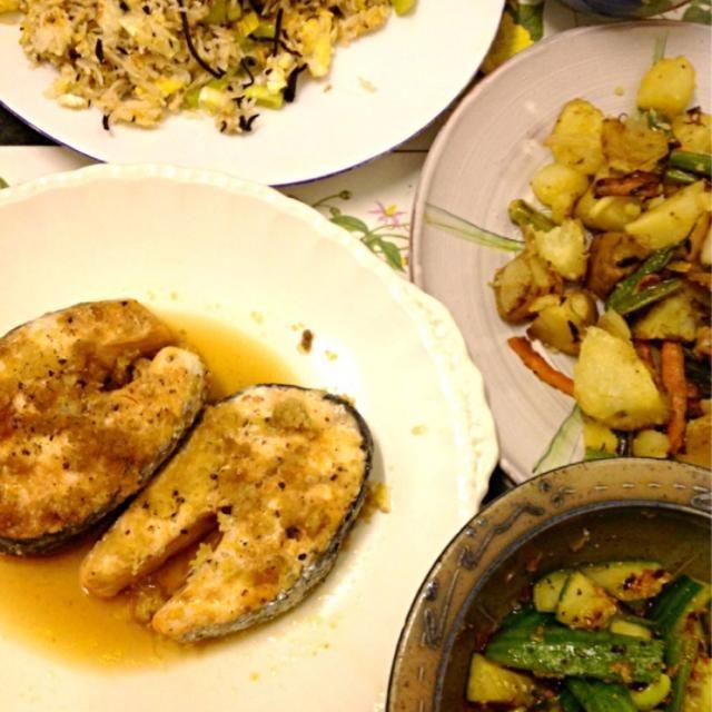 レシピとお料理がひらめくSnapDish - 3件のもぐもぐ - Steamed ginger salmon... 鮭の生姜酒蒸し、野菜の塩バター炒め、キムチ風きゅうり、チーズ入りひじきチャーハン、野菜汁 by ずきみく