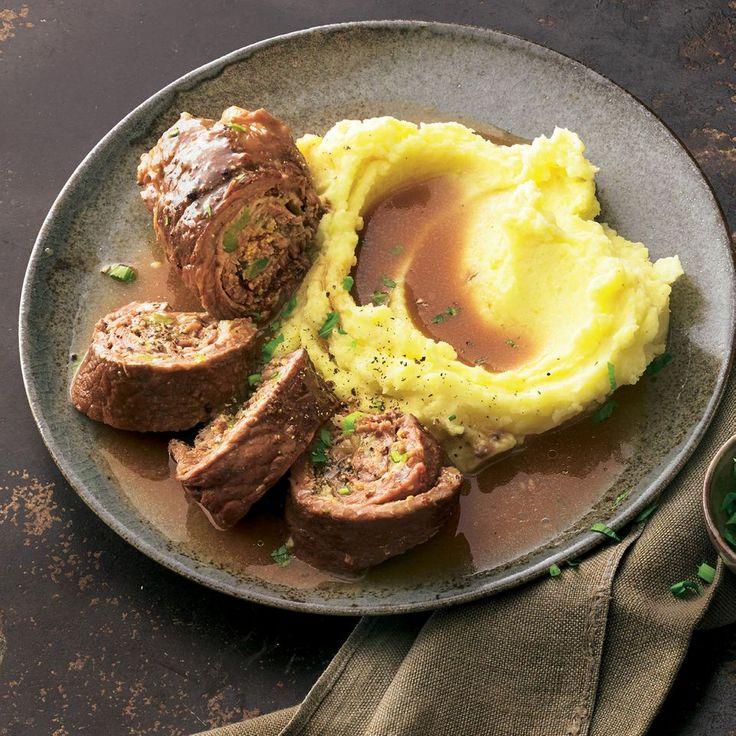 """Rinderroulade: Das beste Rezept - """"Mit einer Füllung aus zweierlei Senf, Speck, Gewürzgurken, Lauchzwiebeln und Thymian schmecken diese Rinderrouladen umwerfend! Dazu gibt es Kartoffelpüree - unschlagbar!"""""""