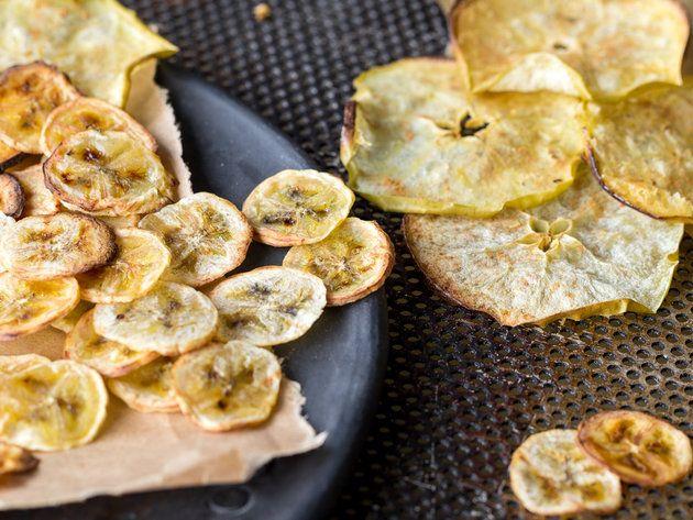 Selbstgemachte Apfel- und Bananen Chips mit Zimt - ganz einfach 90 Minuten im Backofen getrocknet - https://www.springlane.de/magazin/rezeptideen/apfelchips-bananenchips/