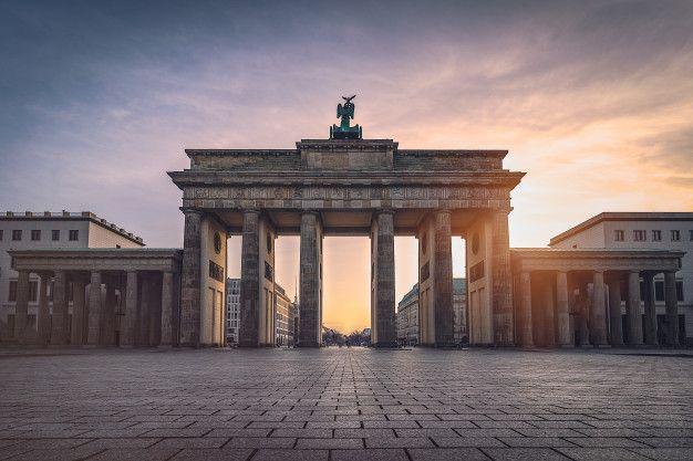 Brandenburger Tor Beleuchtet Bei Sonnenuntergang Vorderansicht In 2020 Brandenburger Tor Sonnenuntergang Moderne Gebaude