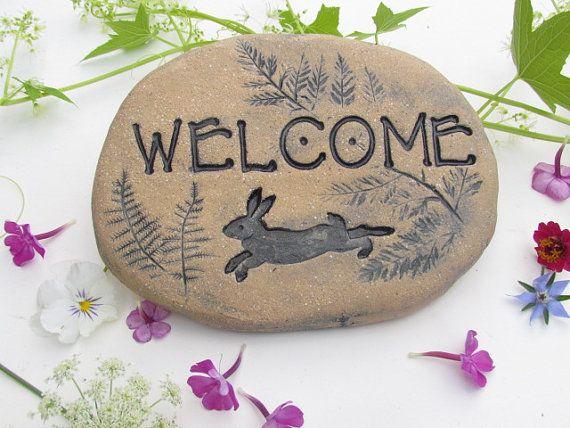Lapin jardin Art. Signe de bienvenue Illustrated lapin, fougères. Plaque de lapin pierre sculptée. Rustic Outdoor art, lapin sculpté à décor de jardin.
