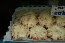 Las rosquillas tontas y listas, junto con las francesas y las de Santa Clara, son de los más famosos productos gastronómicos tradicionales madrileños, que se acostumbra a consumir en el periodo que oscila entre el primero de mayo y el final de las Fiestas de San Isidro Labrador.
