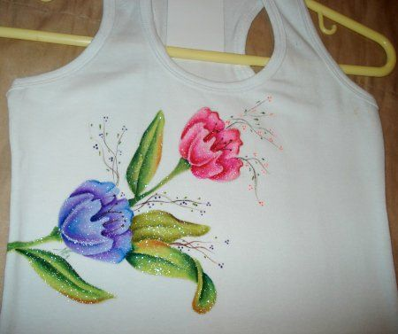 Marina Acevedo G. comparte con nosotros una de sus creaciones. Se trata de unas camisetas decoradas con hermosos diseños pintados. Te invitamos a ver como se hacen a continuación.