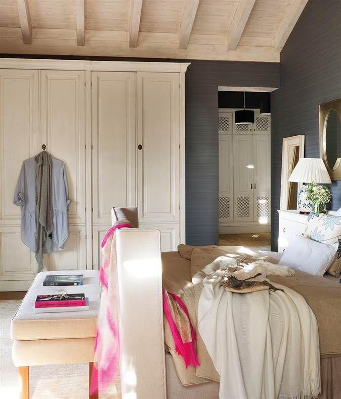 Dormitorio pintado en gris con armario blanco exento