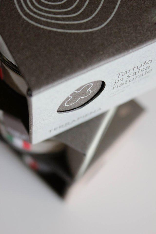 Scatole ad incastro fustellate, realizzate in serigrafia. Carta #Fedrigoni Pich materica 360 gr/mq Creazioni di Stefano Belardinelli Design Studio Stampa serigrafica UV e stampa a caldo. TERRAPIENA IDEOSTAMPA - Calcinelli
