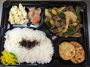 平成26年10月3日(金)ランチメニュー:牛肉とピーマンのオイスター炒め/鶏肉の味噌つくね/マカロニサラダ/大根の梅シソ和え