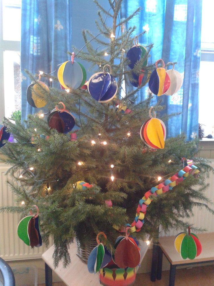 kerstboom met zelfgemaakte kerstversiering