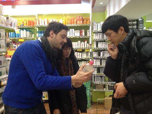 La pharmacie Monge dans le Vème arrondissement de Paris est un lieu touristiques comme les autres pour les Coréens