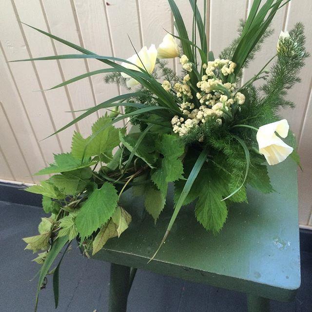 #kortreist #brudebukett #blomkål #bjørnerot #hvitløk #humle #sukkererter #valmue #nyhagen #bryllupsinspirasjon