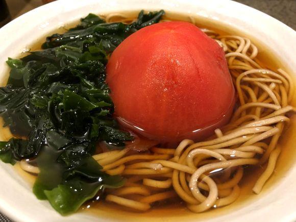 富士そば伝説のボツメニュー「丸ごとトマトそば」を食べてみた / 東京・浜松町『名代富士そば』