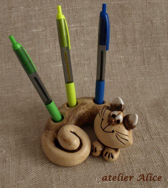 """""""Macík"""" - keramický kocourek Keramický kocourek """"Macík"""" vám poslouží jako stojánek na tužky, propisky nebo fixy. Taky se užívá jako těžítko. Na stole se opravdu hezky vyjímá a svým kukučem vám vždy zlepší náladu. K prodeji jsou prozatím jen tyto dva kousky. Macík světlejší a druhý s rýžkovaným tělíčkem. Míry před stočením ....tělíčko 17 cm, ocásek 23 cm, ...:"""