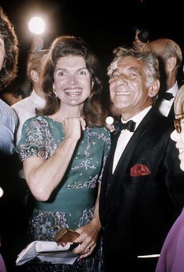 Jacqueline Kennedy-Onassis mit dem berühmten Dirigenten Leonard Bernstein, 1971