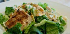 Veja essa receita super simples de salada Caesar com um toque de molho feito com iogurte grego que dá um sabor diferenciado em relação às saladas tradicionais. Além disso é light e bem nutritiva....