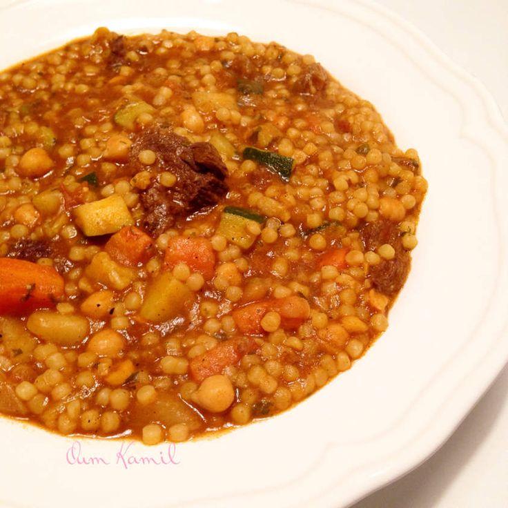 As salam aleykoum & Bonjour . Voici une recette typiquement algérienne . Le Berkoukes ! Des plombs , genre de grosse pâte de semoule il me semble que vous trouverez au super-marcher ou épiceries orientale . En Algérie elle se font à la main ! La grand-mère...