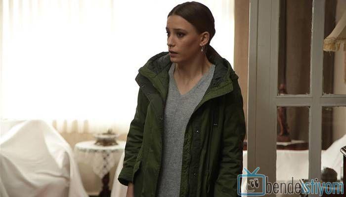 Star TV yayınlanan Medcezir dizisinde  Mira Beylice  karakterini canlandıran Serenay Sarikaya'nın, 64. bölümünde giydiği yeşil parka