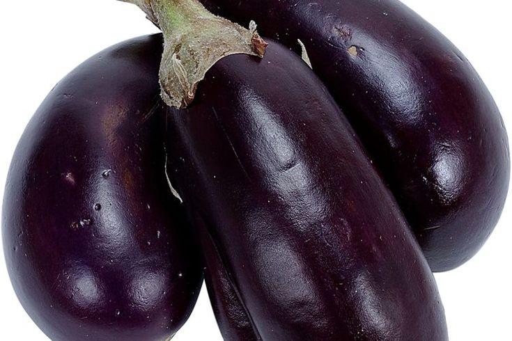 Alergias a la berenjena. Las berenjenas son frutas relacionadas con patatas, tomates, pimientos y tabaco. Conocida como la familia de las solanáceas, las reacciones alérgicas a este grupo de plantas es relativamente común. Aunque es raro, las alergias exclusivas a las berenjenas pueden surgir a ...