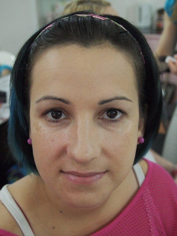 na levé půlce obličeje make-up Beige 2 Mary Kay