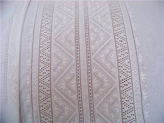 """Вишивка білими нитками по білій тканині виникла на Полтавщині, а саме у селищі Решетилівка, і стала """"візитною карткою"""" цього краю. З часом ця неймовірна вишивка поширилася іншими регіонами України: Чернігівщиною, Слобожанщиною, Прикарпаттям тощо. Біла сорочка вишита білими нитками завжди була святковим вбранням, а одягали її як жінки, так і чоловіки. Ще здавна такий вид вишивки асоціювався із неповторними морозними узорами. Дійсно, такі вишиті візерунки є надзвичайно витонченими."""