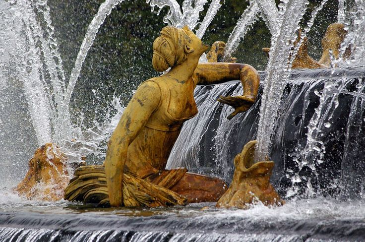 The Grandes Eaux Musicales du Château de Versailles extend their fantastic show until October 26, 2014 Wandering the woods of Versailles garden, fountains and ponds come alive to the rhythm of Baroque music and transports us to the time the splendor of the Sun King .