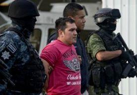 26-May-2014 5:56 - LEIDER DRUGSKARTEL MEXICO OPGEPAKT. De politie heeft een van de belangrijkste leiders van het beruchte Golf-drugskartel in Mexico opgepakt. Juan Manuel Rodriguez Garcia werd in zijn hotel in de buurt van de Amerikaanse grens aangehouden. Hij wordt verdacht van het verhandelen van drugs en wapens en het witwassen van geld. De afgelopen jaren waren er vaak wisselingen in de leiding van het Golfkartel. Vorig jaar werd Ramírez Treviño opgepakt. Hij kwam aan de macht toen...