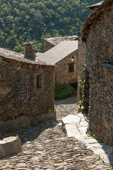 Bilderbuchörtchen im Pyrenäenvorland: Évol