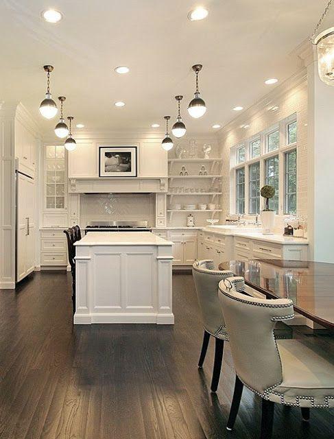 heimsverden: Hvitt kjøkken og mørkt gulv