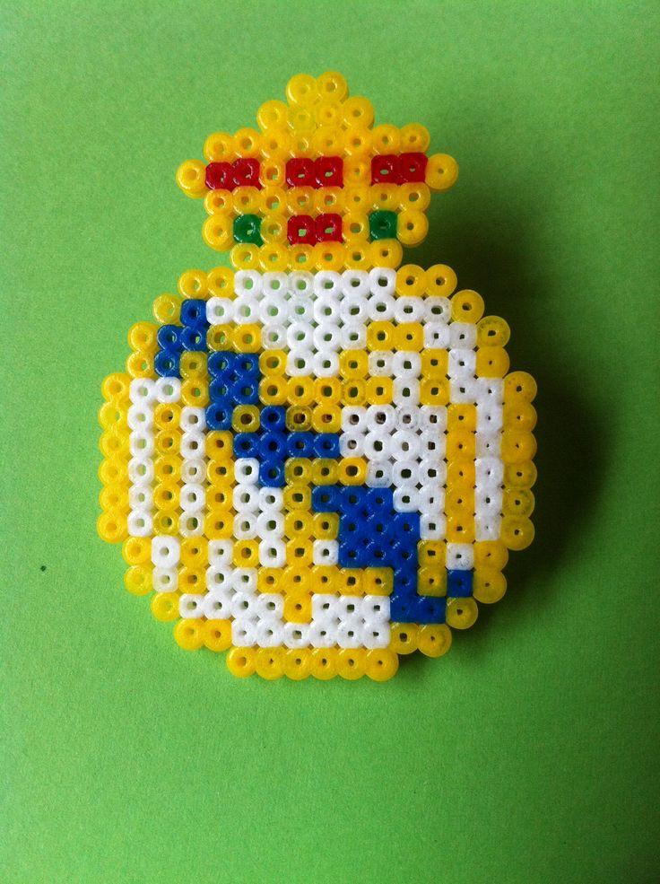 Broche escudo del Real Madrid hecho con hama beads