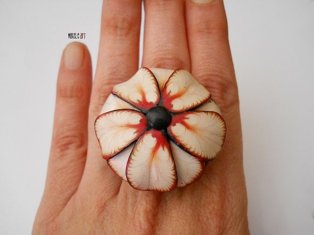 Polymer clay flower ring by Michaela of Mokele Art. Collana anello fiore 3.