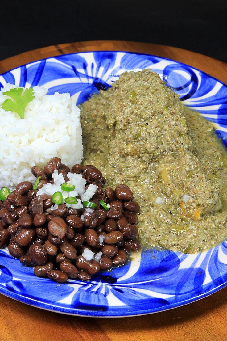 El Mole Verde es uno de los platillos más ricos dentro de las recetas mexicanas, perteneciendo a las recetas fáciles con pollo. En esta receta encontrarás la forma más sencilla de hacer mole verde casero de la manera más tradicional.